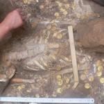 Những hiện vật bằng vàng trong mộ.
